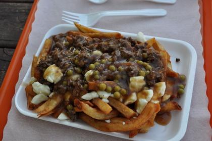 Poutine steak haché et pois - Casse-croûte du Connaisseur (Tadoussac) - MaPoutine.ca