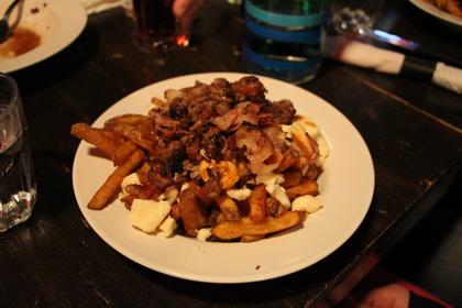 Poutine Steak haché, oignons sautés et bacon - Rideau Rouge (Québec) - MaPoutine.ca