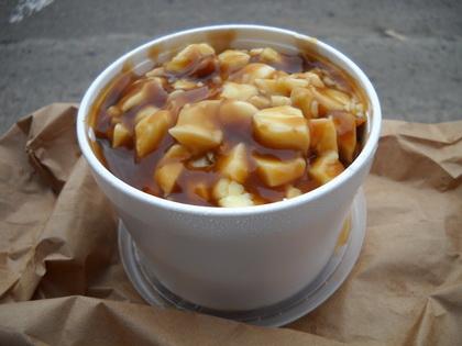 Poutine sauce hot-chicken avec fromage en grain - Restaurant Chez Bébé (Saguenay Jonquière) - MaPoutine.ca